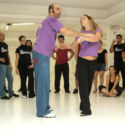 Professores Philip Miha e Fernanda Teixeira, de São Paulo, ensinando zouk no Baila Floripa. CRÉDITO: GUILHERME AMARAL/DIVULGAÇÃO