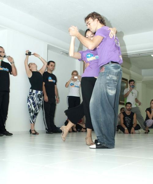 Sebástian Posadas e Eugenia Eberhardt, de Buenos Aires, deram aulas de tango no Baila Floripa. CRÉDITO: GUILHERME AMARAL/DIVULGAÇÃO